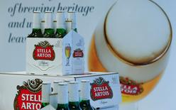 Бутылки пива Stella Artois на объявлении результатов компании Anheuser-Busch InBev в Левене, Бельгия. Крупнейшая в мире пивоваренная компания Anheuser-Busch InBev снизила прогноз роста на текущий год для Бразилии в виду трудностей в экономике страны и сообщила о намерении завершить покупку своего ближайшего конкурента SABMiller в этом году. REUTERS/Yves Herman