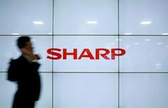 Жидкокристаллический дисплей Sharp демонстрирует логотип компании в Токио. Японская Sharp Corp сообщила об уменьшении убытка в первом квартале за счёт реструктуризации и сокращения расходов, в то время выручка компании снизилась на треть на фоне падения спроса на её продукты. REUTERS/Yuya Shino/File Photo
