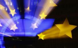 Estátua do logo do euro vista na ex-sede do Banco Central Europeu em Frankfurt.    20/01/2015        REUTERS/Kai Pfaffenbach/Files