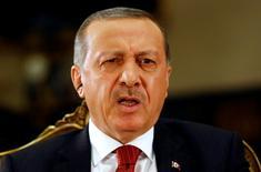 """Президент Турции Тайип Эрдоган дает интервью Рейтер в своей резиденции с Анкаре 21 июля 2016 года. Эрдоган в пятницу отмахнулся от западного недовольства охотой на его оппонентов после провалившегося переворота и обвинил критиков Анкары в том, что те встали """"на сторону заговорщиков"""". REUTERS/Umit Bektas"""