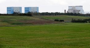Imagen de archivo de las centrales nucleares Hinkley Point A y B, detrás del terreno donde está prevista la construcción del reactor C en Bridgwater, Inglaterra. 24 octubre 2013. La primera ministra británica, Theresa May, intervino personalmente para aplazar el proyecto para una nueva central nuclear en Hinkley Point, preocupada por las repercusiones para la seguridad que podría tener un plan de inversión chino, dijeron un ex colega y una fuente el sábado. REUTERS/Suzanne Plunkett