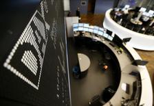 Les Bourses européennes évoluent en ordre dispersé à mi-séance lundi, tiraillées entre une hausse des valeurs liées aux matières premières et une baisse du secteur bancaire, tandis que Wall Street est attendue en légère hausse à l'ouverture. /Photo d'archives/REUTERS/Kai Pfaffenbach