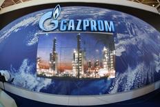 Экран с изображением НПЗ на стенде Газпрома на Ганноверской промышленной выставке-ярмарке (Hannover Messe). 15 апреля 2007 года. Российский Газпром за семь месяцев этого года увеличил экспорт газа в дальнее зарубежье на 10,7 процента или 9,5 миллиарда кубометров газа по сравнению с тем же периодом прошлого года, сообщила компания предварительные данные. REUTERS/Christian Charisius