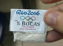 Papelote de cocaína com anéis olímpicos apreendido pela polícia do Rio de Janeiro. 25/07/2016 REUTERS/Polícia do Rio de Janeiro/Divulgação via Reuters
