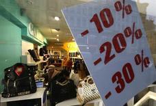 Объявление о скидках в магазине Санкт-Петербурга. Деловая активность в российском секторе услуг показала рекордный за последние три года рост в июле. Деловые настроения также улучшились, свидетельствуют результаты опроса, проведенного Markit. REUTERS/Alexander Demianchuk (RUSSIA - Tags: BUSINESS)