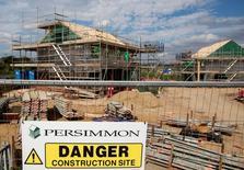 Un cartel en un solar en construcción de Persimmon en Dartford, 21 de agosto de 2015. La economía de Reino Unido se contraerá este trimestre y tiene un 50 por ciento de probabilidades de sufrir una leve recesión antes de fines del próximo año debido a la votación de junio a favor de abandonar al Unión Europea, dijo el miércoles un grupo de expertos. REUTERS/Neil Hall/File Photo