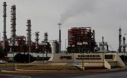 НПЗ компании Pemex в Мексике. Стоимость нефти Brent превысила отметку в $42 за баррель в среду, упав до минимума апреля в предыдущую сессию, после выхода данных о снижении запасов в США, а также на фоне слабого доллара.  REUTERS/Daniel Becerril