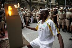 Gari do Rio de Janeiro Renato Sorriso conduz a tocha olímpica no centro da cidade. REUTERS/Ricardo Cassiano/Prefeitura do Rio/Divulgação via Reuters