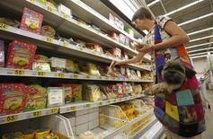 Покупательница выбирает продукты в Ашане в Москве. Дефляция спустя пять лет вернулась в Россию в последнюю неделю июля в надежде на хороший урожай, удешевление овощей и фруктов, но Центробанк не спешит улучшать свои инфляционные прогнозы, сохраняя консервативный подход. REUTERS/Maxim Zmeyev