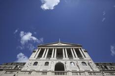 """Здание Банка Англии в Лондоне. 4 августа 2016 года. Банк Англии в четверг снизил ключевую ставку впервые с 2009 года, возобновил программу выкупа облигаций и сообщил, что примет """"все необходимые меры"""" для достижения стабильности после решения Великобритании покинуть Евросоюз по итогам референдума 23 июня. REUTERS/Neil Hall"""