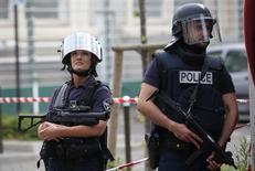 """Французская полиция охраняет улицы пригорода Парижа. Службы безопасности Парижа распространяют фотографию афганского просителя убежища в связи с подозрениями, что он может готовить атаку на столицу Франции, пережившей за месяц два нападения боевиков """"Исламского государства"""", сообщил источник в полиции в четверг. REUTERS/Charles Platiau"""