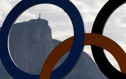 Cristo Redentor é visto através dos Anéis Olímpicos no Rio de Janeiro 02/08/2016 REUTERS/Ivan Alvarado