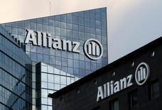 Логотип Allianz SE на здании в деловом районе Дефанс около Парижа. Квартальная чистая прибыль немецкой страховой компании Allianz упала вдвое на фоне роста числа требований о возмещении ущерба, продажи южнокорейского подразделения и слабых инвестиционных показателей.  REUTERS/Jacky Naegelen/File Photo