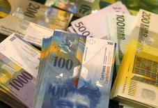 Francos suizos y euros en la bóveda de un banco en Berna, nov 25, 2014. Las reformas propuestas a los mercados monetarios en Europa podrían elevar los costos de endeudamiento a corto plazo para los bancos mundiales si algunos fondos rechazan la deuda bancaria y optan por tener sólo títulos gubernamentales, dijeron analistas de Morgan Stanley.   REUTERS/Ruben Sprich