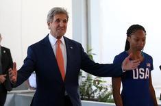 O secretário de Estado dos Estados Unidos caminha ao lado da atleta olímpica dos EUA no Rio de Janeiro, Brasil 05/08/2016 REUTERS/Shannon Stapleton
