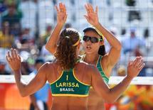 Larissa e Talita comemoram.  07/08/2016.  REUTERS/Lucy Nicholson