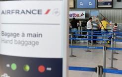 L'impact de la grève de sept jours du personnel navigant commercial d'Air France entre le 27 juillet et le 2 août aura un impact négatif estimé à 90 millions d'euros sur le résultat d'exploitation. /Photo prise le 27 juillet 2016/REUTERS/Jean-Pierre Amet