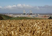 La décision du conseil d'administration d'EDF d'autoriser la construction de deux réacteurs nucléaires de nouvelle génération sur le site d'Hinkley Point, au Royaume-Uni, n'est pas légitime car des administrateurs ignoraient que le gouvernement britannique avait réclamé un nouveau délai, estiment lundi trois syndicats de l'énergéticien. /Photo prise le 4 août 2016/REUTERS/Darren Staples
