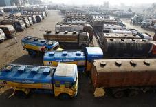 Нефтевозы у топливного хранилища под Калькуттой. 3 февраля 2015 года. Цены на нефть продолжили расти в понедельник после сообщения о том, что ряд членов ОПЕК возобновили призывы ограничить производство, но аналитики предупредили о сохранении понижательных фундаментальных факторов, которые привели к падению нефтяных котировок до минимумов четырёх месяцев на прошлой неделе. REUTERS/Rupak De Chowdhuri/File Photo