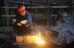 Un trabajador cortando barras de hierro en Hefei, China, ago 18, 2013. Las importaciones de mineral de hierro de China subieron a su segundo máximo histórico en julio debido a que la solidez del mercado de acero impulsó la demanda del producto sin refinar, aunque una caída en las compras de cobre y crudo reflejaron un menor consumo en el mayor comprador de materias primas.   REUTERS/Stringer
