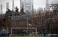 Líneas eléctricas de alta tensión se ven en la planta de distribución de la compañía Edenor en Buenos Aires, Argentina, 5 de agosto de 2015. Empresas energéticas de Argentina advirtieron el lunes que podrían sufrir severos problemas financieros, luego de que una corte del país ordenó frenar las alzas de tarifas de gas y electricidad impulsadas por el Gobierno. REUTERS/Marcos Brindicci