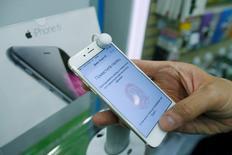 En esta imagen de archivo, un hombre sujeta un iPhone 6 en una tienda de móviles en Moscú el 26 de septiembre de 2014. Apple Inc rechazó el martes las acusaciones del regulador de la competencia de Rusia de que se habría involucrado en la manipulación de precios de sus teléfonos iPhone en el país, y argumentó que los revendedores fijan sus propios precios. REUTERS/Maxim Shemetov/File Photo