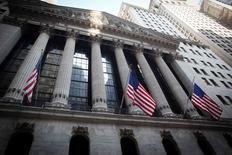 La Bourse de New York a débuté mardi en légère hausse, soutenue par la stabilisation des cours du pétrole au lendemain d'un nouveau plus haut historique de l'indice Standard & Poor's 500 en séance. Le Dow Jones gagne 0,14%, à 18.555,58.  /Photo d'archives/REUTERS/Carlo Allegri