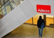 Adecco a annoncé mercredi un bénéfice net en hausse de 7% au titre du deuxième trimestre, grâce notamment à une hausse de son chiffre d'affaires en France et dans les îles britanniques. /Photo d'archives/REUTERS/Arnd Wiegmann
