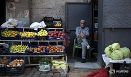 Мужчина продает овощи на улице города Диярбакыр 31 октября 2015 года. Дипломатический кризис в отношениях с Москвой стоил Анкаре недополученного $1 миллиарда от экспорта за 7 месяцев года, сказал министр по делам торговли и таможни Турции Бюлент Тюфенкчи в среду, после того как две страны предприняли большие шаги к нормализации отношений. REUTERS/Stoyan Nenov