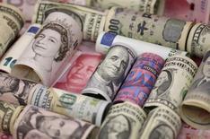 Банкноты разных стран. Доллар США упал по отношению к корзине основных мировых валют в ходе торгов среды под влиянием переоценки ожиданий рынка относительно повышения процентной ставки ФРС в текущем году, что также привело к росту высокодоходного австралийского доллара до максимального уровня с конца апреля. REUTERS/Jason Lee/Illustration/File Photo