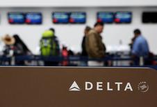 Pasajeros en la sala de embarque de Delta Air Lines en Ciudad de México, México. 8 de agosto de 2016. Delta Air Lines dijo que esperaba volver a operar normalmente el miércoles después de que un apagón afectó a su sistema computacional el lunes y provocó la cancelación de más de 1.600 vuelos en dos días. REUTERS/Ginnette Riquelme