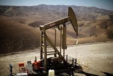 Una unidad de bombeo de crudo en Monterey Shale, EEUU, abr 29, 2013. Las existencias de gasolina y diésel han alcanzado un máximo a nivel global, lo que ha dejado a refinerías y operadores con pocos lugares para depositar el exceso de suministros y amenaza con recortes de producción a gran escala que podrían descarrilar una recuperación en el precio del crudo.     REUTERS/Lucy Nicholson/File Photo