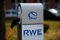 RWE, le numéro deux allemand de l'électricité, a publié jeudi un bénéfice d'exploitation semestriel en baisse de 7% et inférieur aux attentes du marché, en mettant en avant les pertes de sa filiale de courtage, qu'il conservera après la scission annoncée de ses activités les plus saines. /Photo prise le 14 mars 2016/REUTERS/Wolfgang Rattay