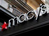 Le distributeur américain Macy's annonce jeudi la fermeture d'une centaine de magasins et des investissements pour développer ses activités en ligne après avoir fait état d'une baisse de ses ventes pour un sixième trimestre consécutif. /Photo prise le 9 mai 2016/REUTERS/Shannon Stapleton