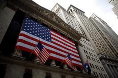 La Bourse de New York est repartie à la hausse jeudi à l'ouverture à la suite d'indicateurs macroéconomiques et de résultats d'entreprises, notamment de la grande distribution, interprétés par les investisseurs comme des signes positifs sur la santé de l'économie américaine. Le Dow Jones gagne 0,39%, à 18.567,70 après cinq minutes de cotations. Le Standard & Poor's 500, plus large, progresse de 0,35% et le Nasdaq Composite prend 0,44%. /Photo d'archives/REUTERS/Eric Thayer
