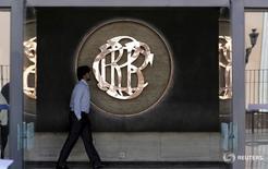 Un hombre camina frente al logo del Banco Central de Reserva del Perú (BCRP) dentro de un edificio en el centro de Lima, 7 de abril de 2015. REUTERS/Mariana Bazo