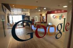 Логотип Google на двери офиса компании в Тель-Авиве. Антимонопольный регулятор Южной Кореи сообщил в пятницу, что проводит проверку возможного нарушения компанией Google законодательства о защите конкуренции, впервые подтвердив информацию об официальном расследовании в отношении интернет-гиганта.  REUTERS/Baz Ratner/File Photo