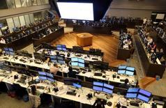 Operadores trabajando en la Bolsa de Valores de Sao Paulo, mayo 24, 2016. El principal índice de acciones de Brasil subía el viernes, en una sesión marcada por una serie de resultados corporativos locales, incluyendo los de la petrolera con presencia estatal Petrobras, divulgados en la víspera, y ante un escenario externo indefinido.  REUTERS/Paulo Whitaker