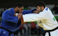 Judocas Or Sasson, de Israel, e Shehaby , do Egito, na Rio 2016. 12/08/2016 REUTERS/Toru Hanai