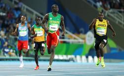 2016 Rio Olympics - Athletics - Preliminary - Men's 400m Round 1 - Olympic Stadium - Rio de Janeiro, Brazil - 12/08/2016. Kirani James (GRN) of Grenada (C) and Rusheen McDonald (JAM) of Jamaica (R) compete.   REUTERS/Lucy Nicholson