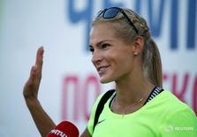 Дарья Клишина приветствует болельщиков. Российская прыгунья в длину Дарья Клишина примет участие в Олимпиаде в Рио-де-Жанейро, после того как высший спортивный суд удовлетворил апелляцию спортсменки на отстранение от Игр.  REUTERS/Sergei Karpukhin - RTX2H7PZ