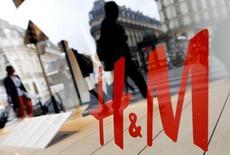 Le géant suédois de l'habillement Hennes & Mauritz (H&M) a fait état lundi d'une hausse légèrement supérieure aux attentes de ses ventes en monnaies locales en juillet, ce qui accrédite sa prévision d'une amélioration des résultats au second semestre. /Photo d'archives/REUTERS/Regis Duvignau