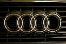 El logo de Audi en un vehículo en Moscú, jul 6, 2016. La automotriz alemana está desarrollando tecnología que permitirá que sus vehículos en Estados Unidos se comuniquen con los semáforos, facilitando viajes con menos estrés, en el que asegura es el primer uso comercial en la industria de esta nueva tecnología.  REUTERS/Maxim Zmeyev