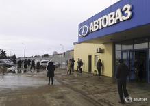 Вход на завод Автоваза в Тольятти. 24 февраля 2016 года. Крупнейший российский автопроизводитель Автоваз перейдет на четырехдневную рабочую неделю с 17 октября 2016 по 19 февраля 2017 года из-за плохого рынка, сообщила компания во вторник. REUTERS/Gleb Stolyarov/Files