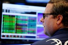 Трейдер на Уолл-стрит. Акции на фондовом рынке США отошли от пиковых значений во вторник после комментариев высокопоставленных представителей ФРС, подстегнувших ожидания роста ставок в этом году. REUTERS/Lucas Jackson