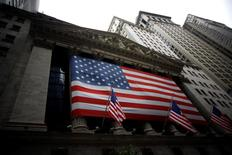 La Bourse de New York a débuté en légère baisse mercredi, les investisseurs évitant de prendre des positions importantes avant la publication du compte-rendu de la dernière réunion de la Réserve fédérale. Quelques minutes après l'ouverture, le Dow Jones perd 0,21% à 18.512,85 points. Le Standard & Poor's 500, plus large, recule de 0,18% et le Nasdaq Composite cède 0,24%. /Photo d'archives/REUTERS/Eric Thayer