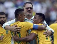 Técnico Rogério Micale comemora com Neymar e Gabriel Jesus. 17/08/2016 REUTERS/Bruno Kelly