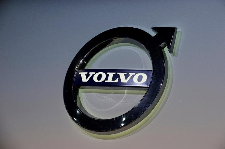 The Volvo logo is seen during the media preview of the 2016 New York International Auto Show in Manhattan, New York, March 24, 2016. REUTERS/Brendan McDermid/File Photo