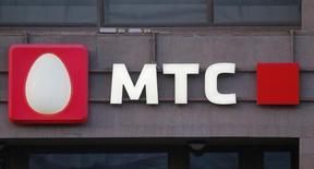 Логотип МТС на здании в Москве. 10 марта 2016 года. Крупнейший в СНГ телекоммуникационный оператор МТС снизил чистую прибыль на 47 процентов во втором квартале 2016 года в годовом сравнении до 9,1 миллиарда рублей, сообщила компания в четверг. REUTERS/Maxim Shemetov