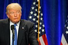 Кандидат в президенты США от республиканцев Дональд Трамп выступает в Манчестере, штат Нью-Гэмпшир, 13 июня 2016 года. Хакеры нацелились на компьютерные системы избирательного штаба Трампа и организаций республиканской партии, равно как и на виртуальные сети демократов, сообщили источники, знакомые с расследованием инцидента. REUTERS/Brian Snyder